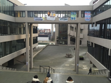 Universidad empapelada antes de las elecciones